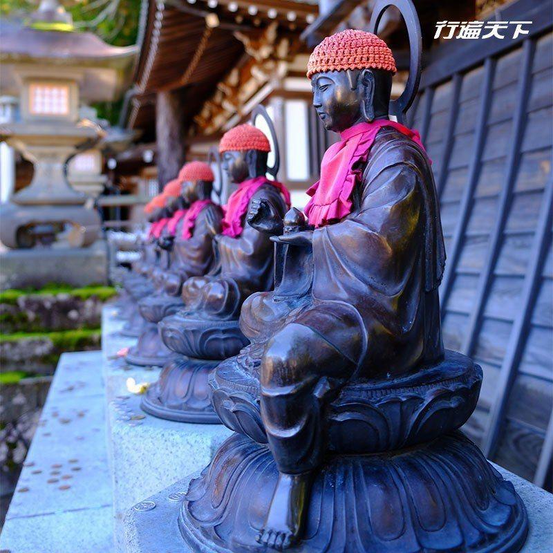 本堂之外的顏色地藏王佛像,莊重安詳。  攝影|行遍天下