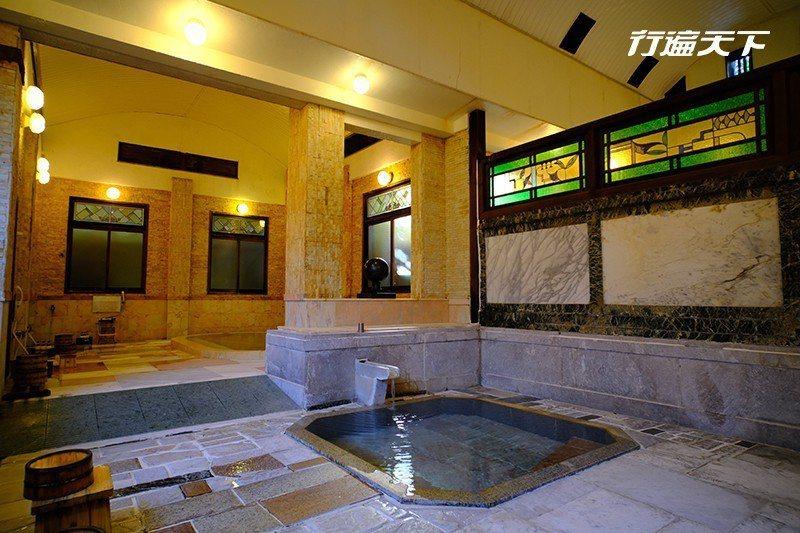 室內湯用彩色玻璃與巴洛克雕花妝點成浪漫的大正風溫泉池。  攝影|行遍天下