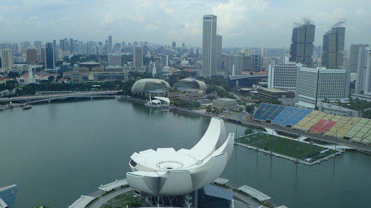MIDO的全新Rainflower系列女表,設計靈感來自新加坡的藝術科學博物館。...