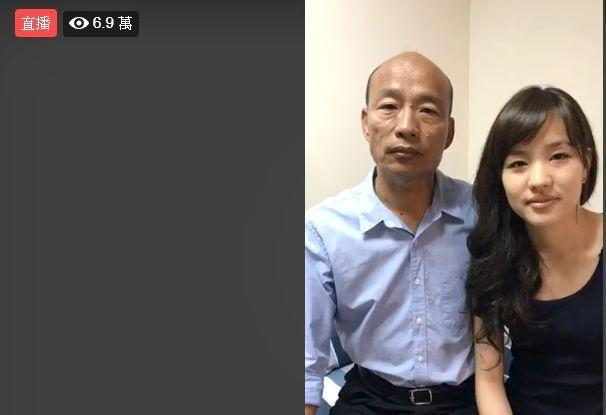 國民黨高雄市長候選人韓國瑜(左)選前最後一次網路直播結束時,有6萬9000人觀看...
