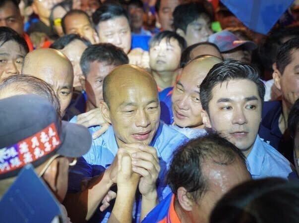 韓國瑜大進場,王又正(右)也擠在身邊感受那份震撼  圖/王又正提供