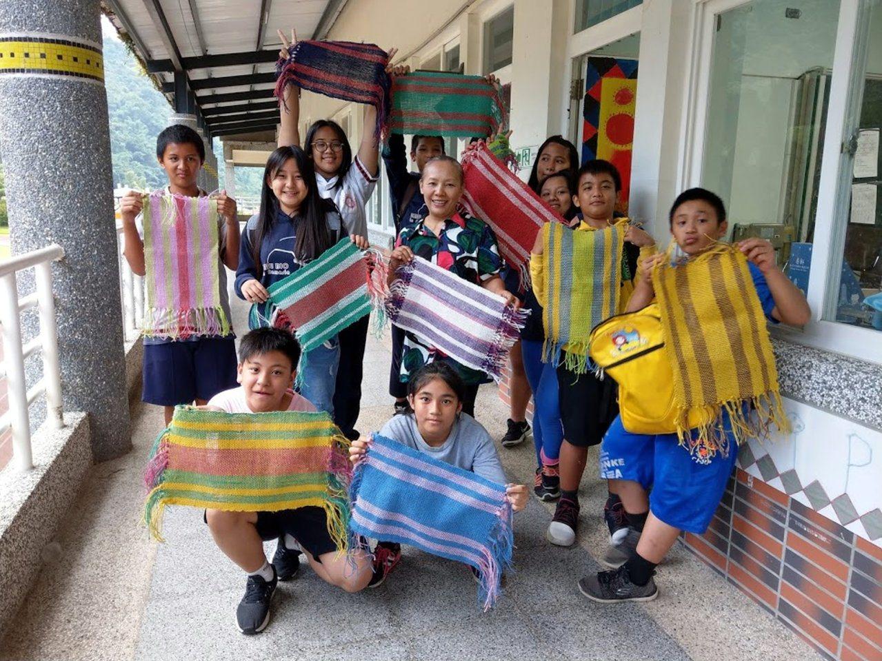 那瑪夏國中以「夏日樂學課程模組」獲獎,學生開心展示編織作品。記者徐白櫻/翻攝