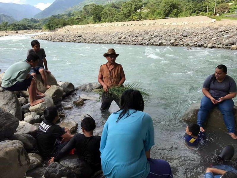部落耆老帶領學生到溪流學習捕魚文化。記者徐白櫻/翻攝