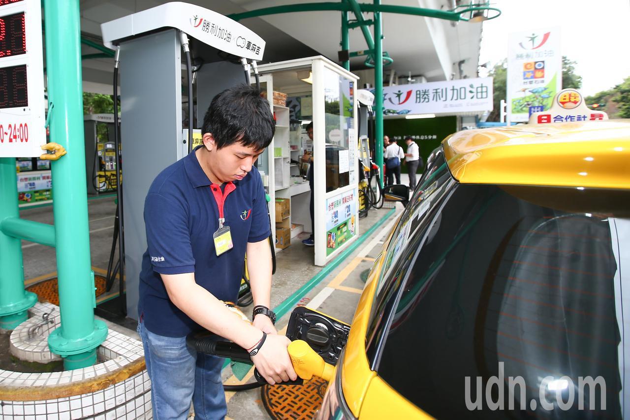 台灣中油公司今天宣布,自明(26)天凌晨零時起調降各式汽油價格每公升0.9元及柴...