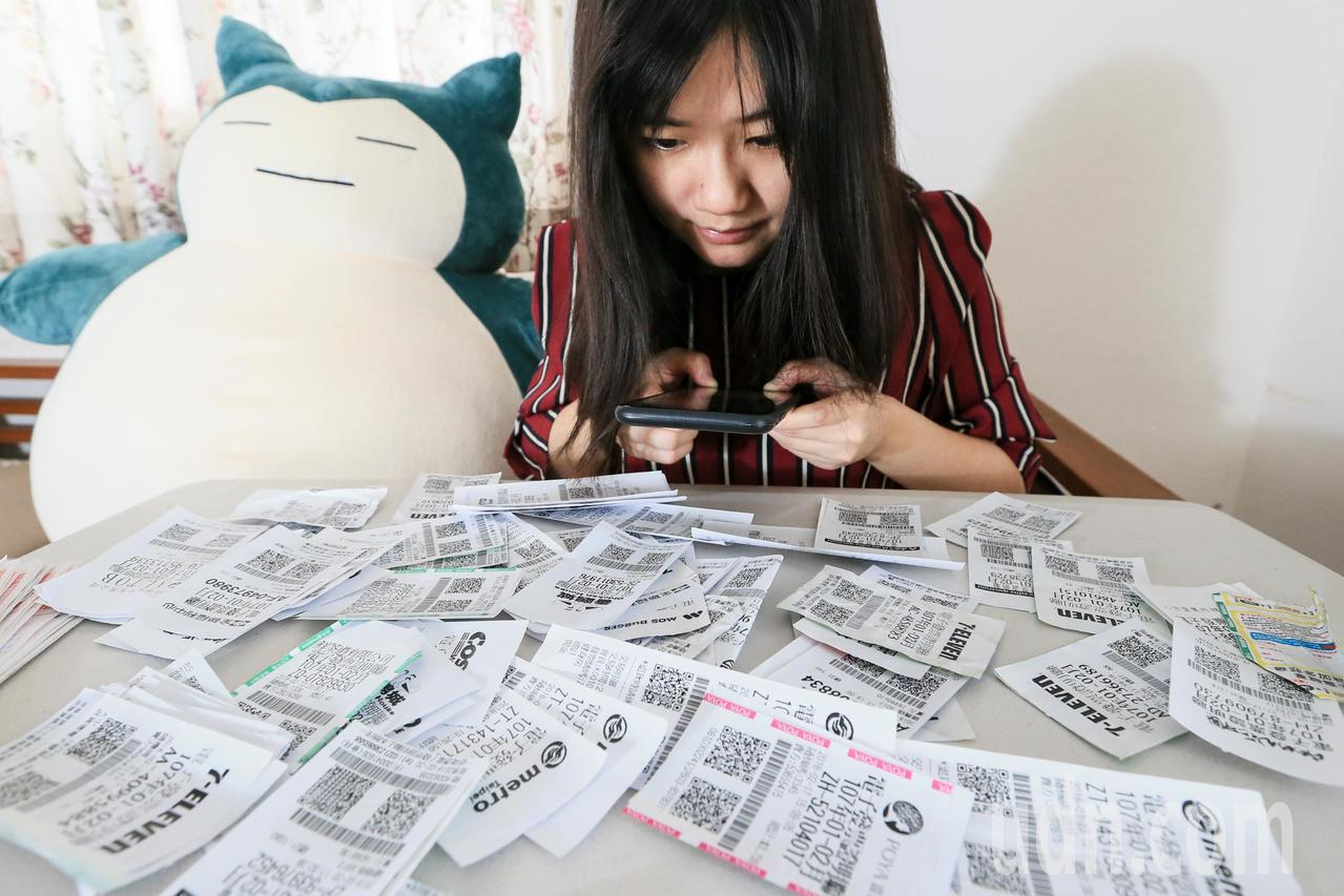 統一發票中獎號碼開出後,懷抱著希望兌獎是台灣人每兩個月做一次的發財夢。聯合報系資...