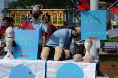 韓國瑜選前之夜攤商卡位 禿頭套、瑜翅羹、韓蛋熱賣