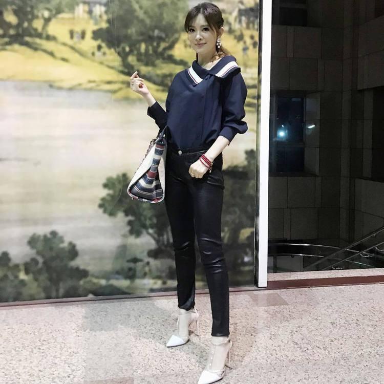 劉真也是皮革單品的愛好者,以皮褲搭襯衫穿出知性美。圖/取自IG