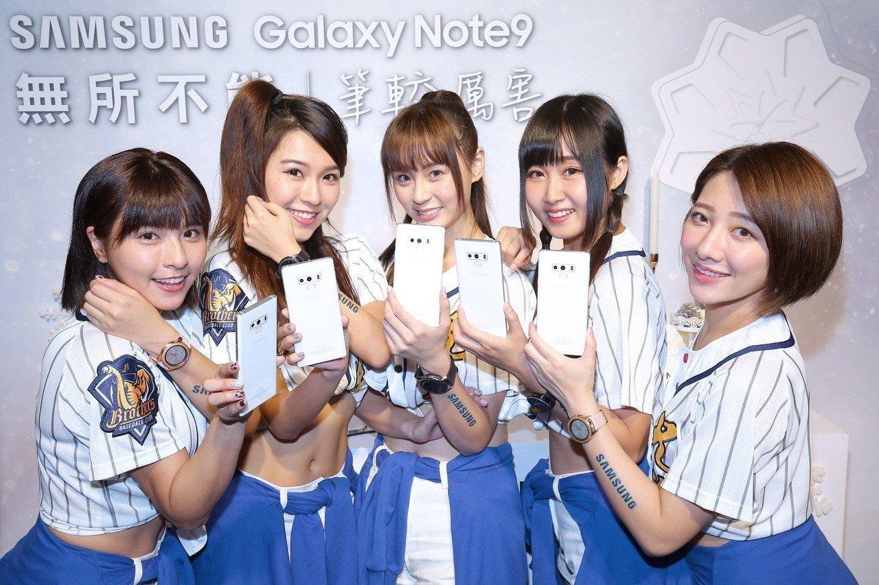 人氣啦啦隊Passion Sisters以一身雪白輕便運動裝現身為Samsung...