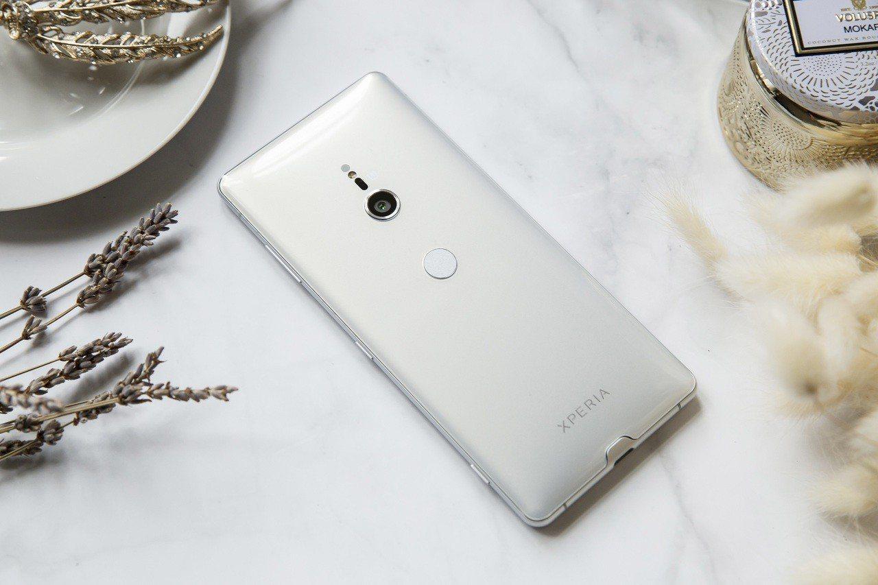 Sony Xperia XZ3「琉璃銀」透過乳白、珍珠白、銀亮白等3層精緻選色覆...