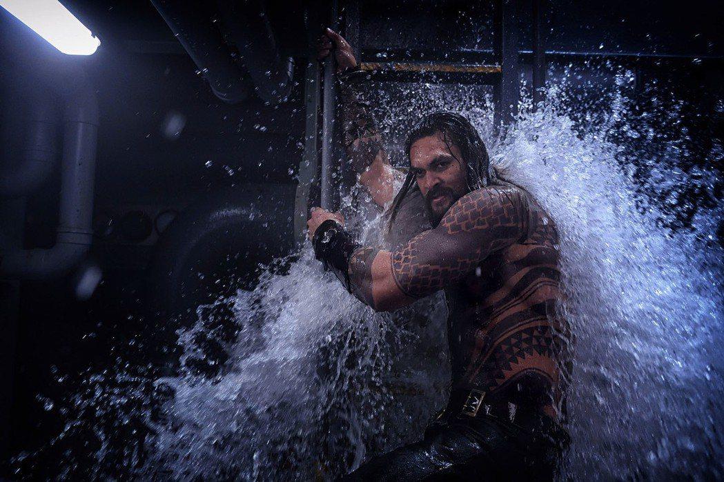 傑森摩莫亞主演電影「水行俠」,私下也是個衝浪高手。圖/華納兄弟提供