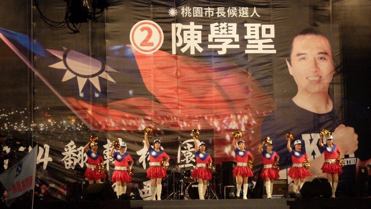 陳學聖選情之夜開場「凍蒜」歌舞一身國旗裝表現主題。記者鄭國樑/攝影