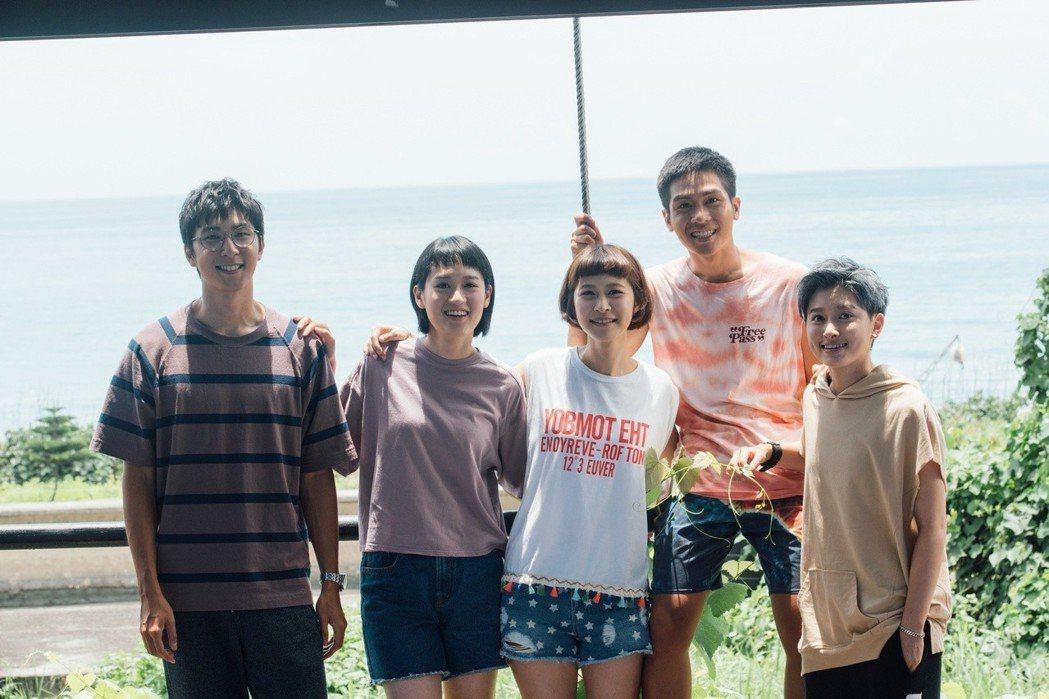 胡釋安(左起)、葉慈毓、江沂宸、林孫煜豪、鄭靚歆演出「20之後」。圖/公視提供