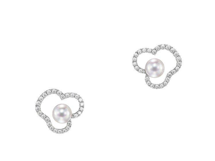 賈靜雯配戴的 TASAKI chants 鑽石珍珠白K金耳環,16萬1,000元...