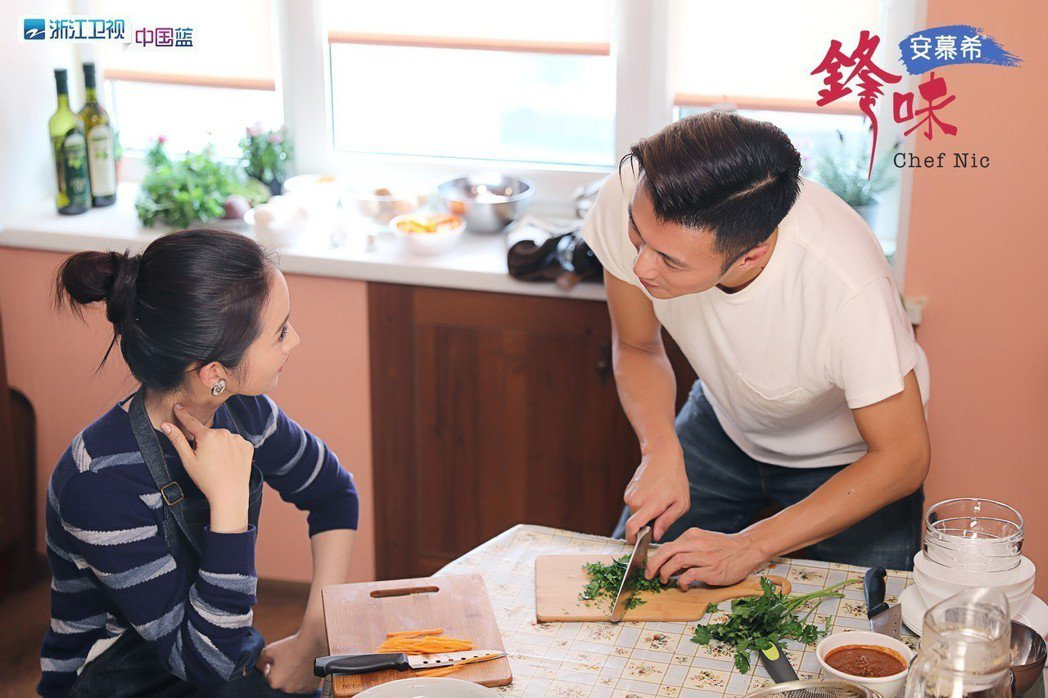 林依晨擔任謝霆鋒主持的「鋒味」節目嘉賓。圖/周子娛樂提供