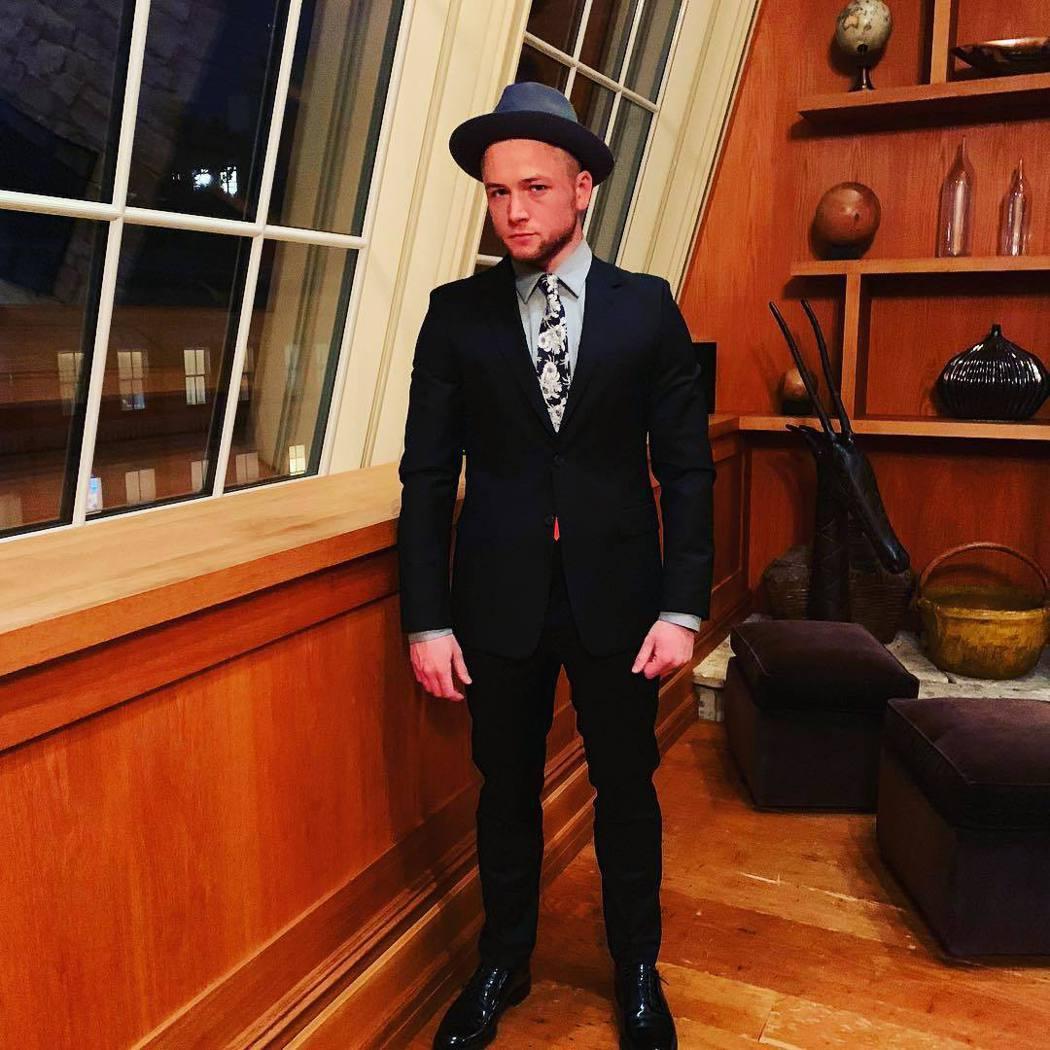 泰隆艾格頓換了新造型,感覺活得更自在。圖/摘自Instagram