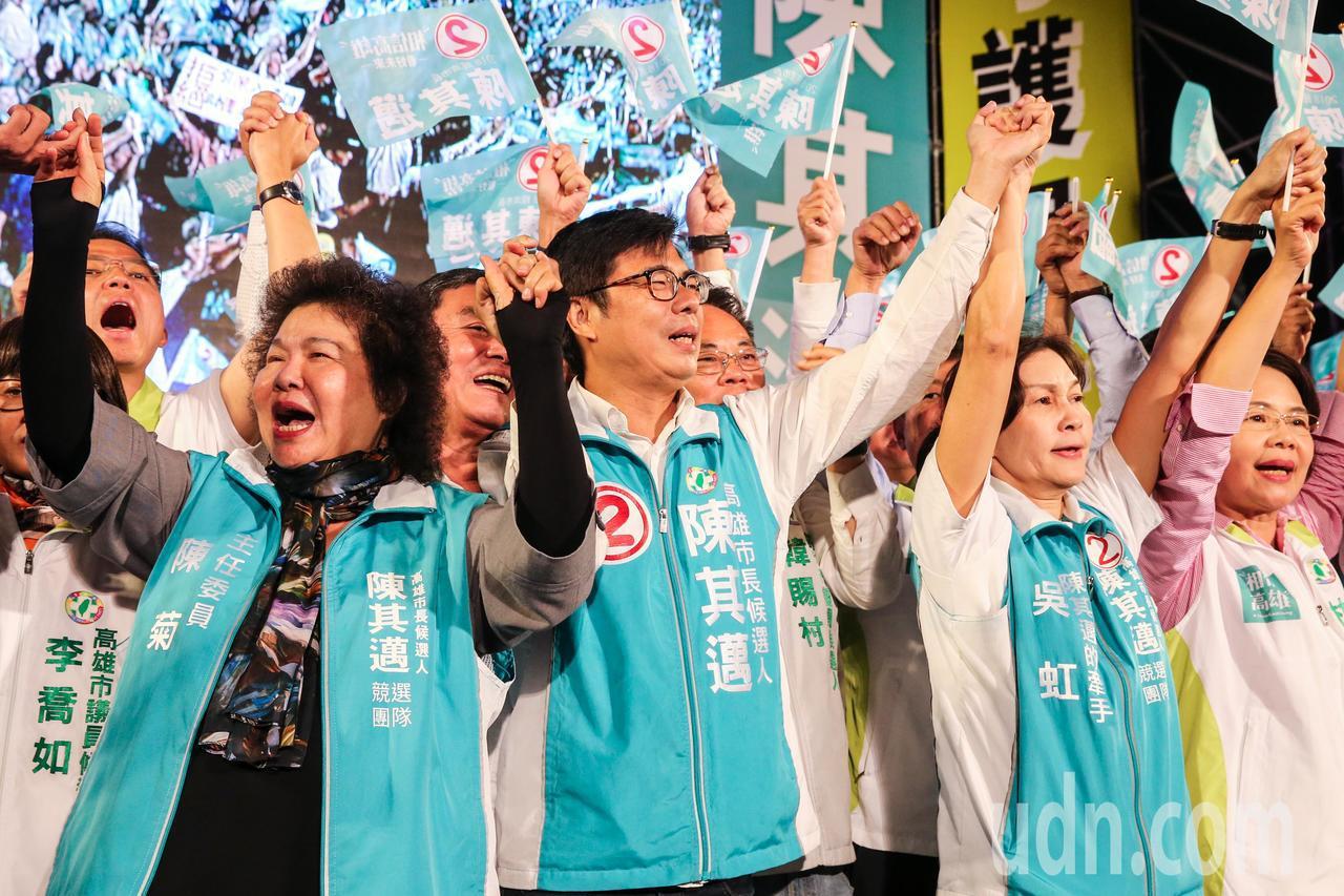 陳菊(左起)、陳其邁、吳虹等人在台上攜手吶喊造勢。記者鄭清元/攝影