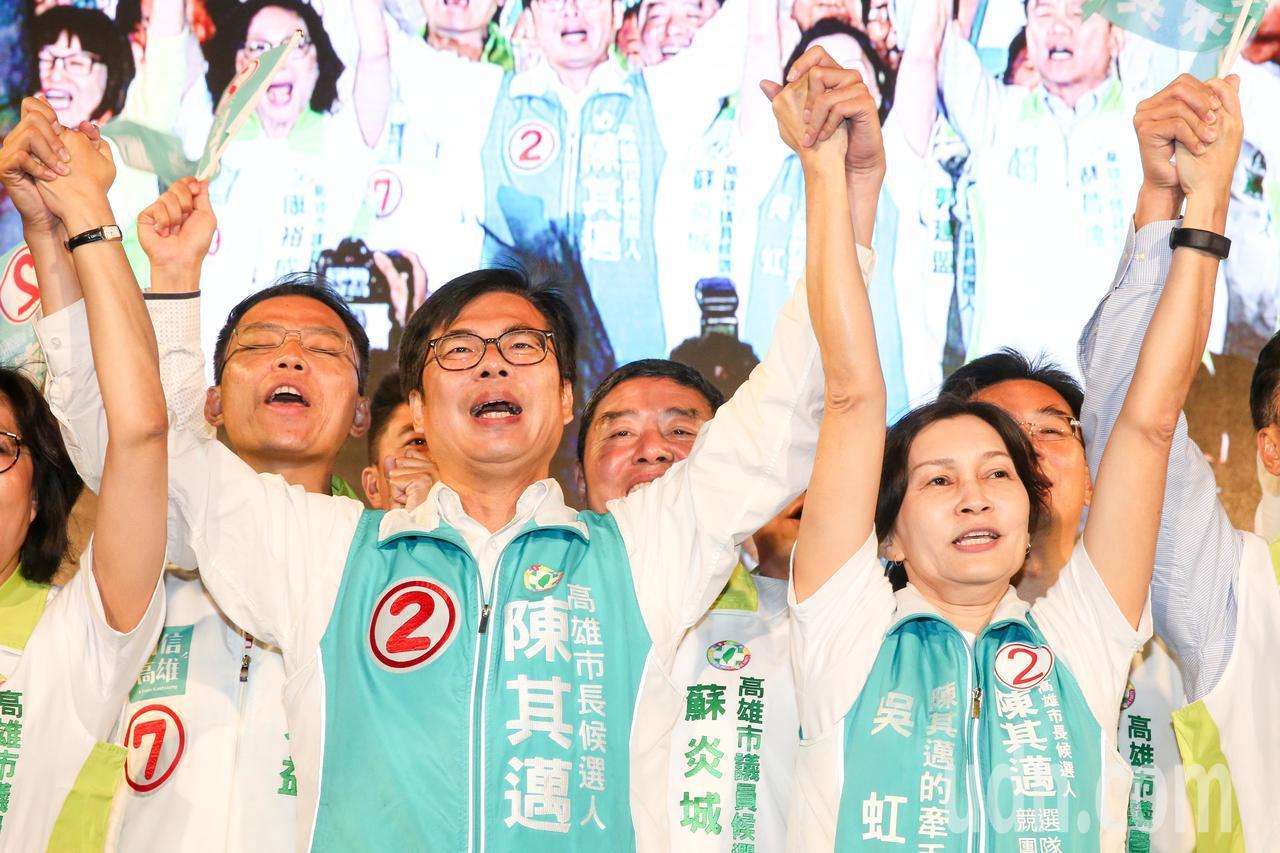 陳其邁、吳虹等人在台上攜手吶喊造勢。記者鄭清元/攝影