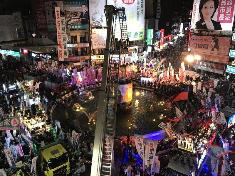 嘉義市選前之夜 2萬多人聚集文化圓環