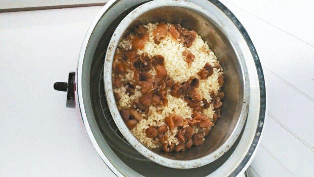 「燉米糕」幾乎是我從小的記憶;台式的甜米糕,我家都加上龍眼乾(桂圓)拌著米酒燉。...
