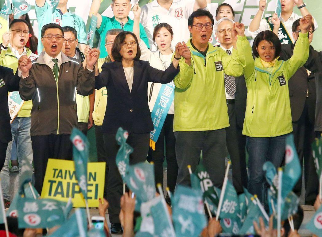 九合一地方選舉今天投票,選前之夜藍綠天王們趕場固票,趕在最後幾小時拉抬各自政黨候...