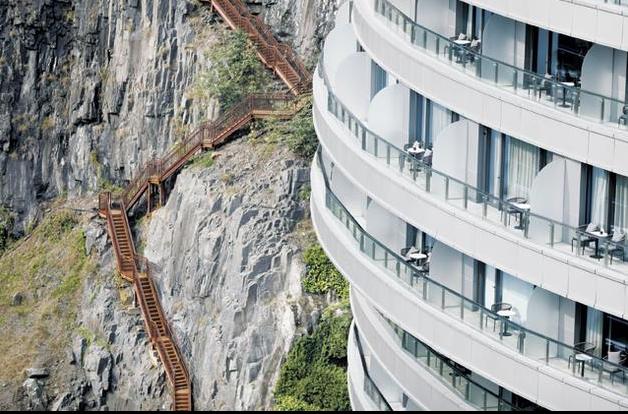 上海深坑酒店旁為沿著坑體下來的樓梯棧道。 (取自第一財經)