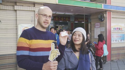 「愛玩客」主持人吳鳳來台12年,今年終於獲得台灣身份證,成為正港台灣人。他24日中午到西門國小,全家出動投下神聖的一票。老婆Rynne抱著才25天大的二寶,笑說吳鳳比她還認真,仔細研究選舉公報,把每...