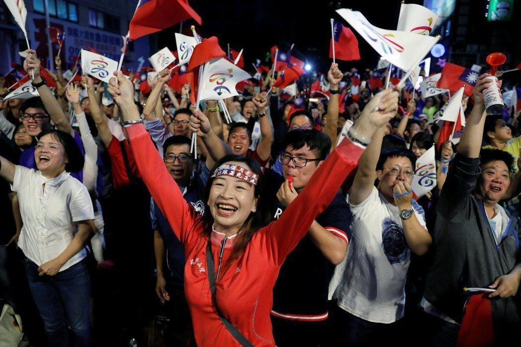 高雄韓國瑜黨部,支持者情緒沸騰。 圖/路透社
