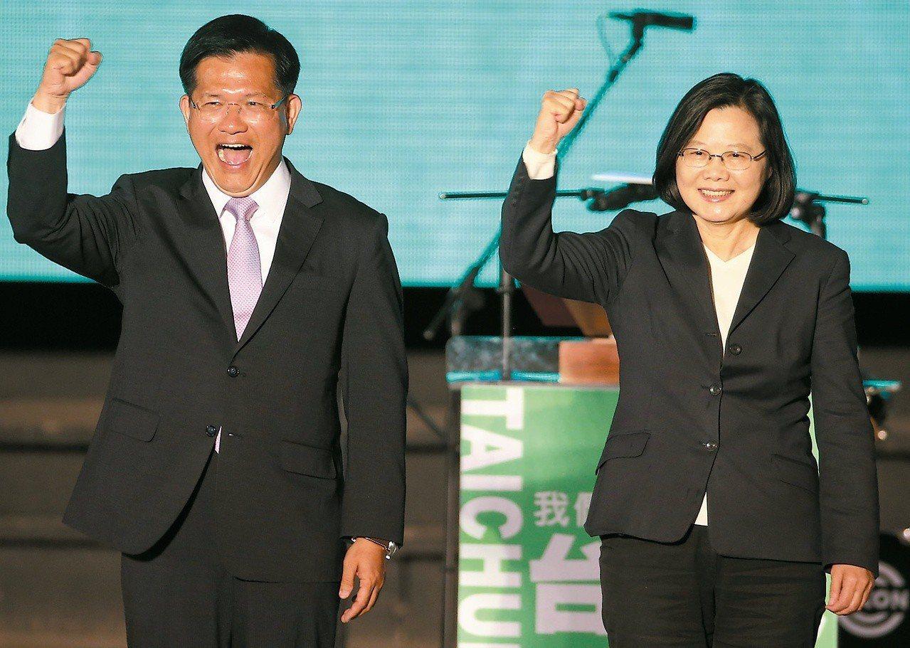 蔡英文總統(右)數度到台中助選,最終林佳龍連任失利。 圖/聯合報系資料照片