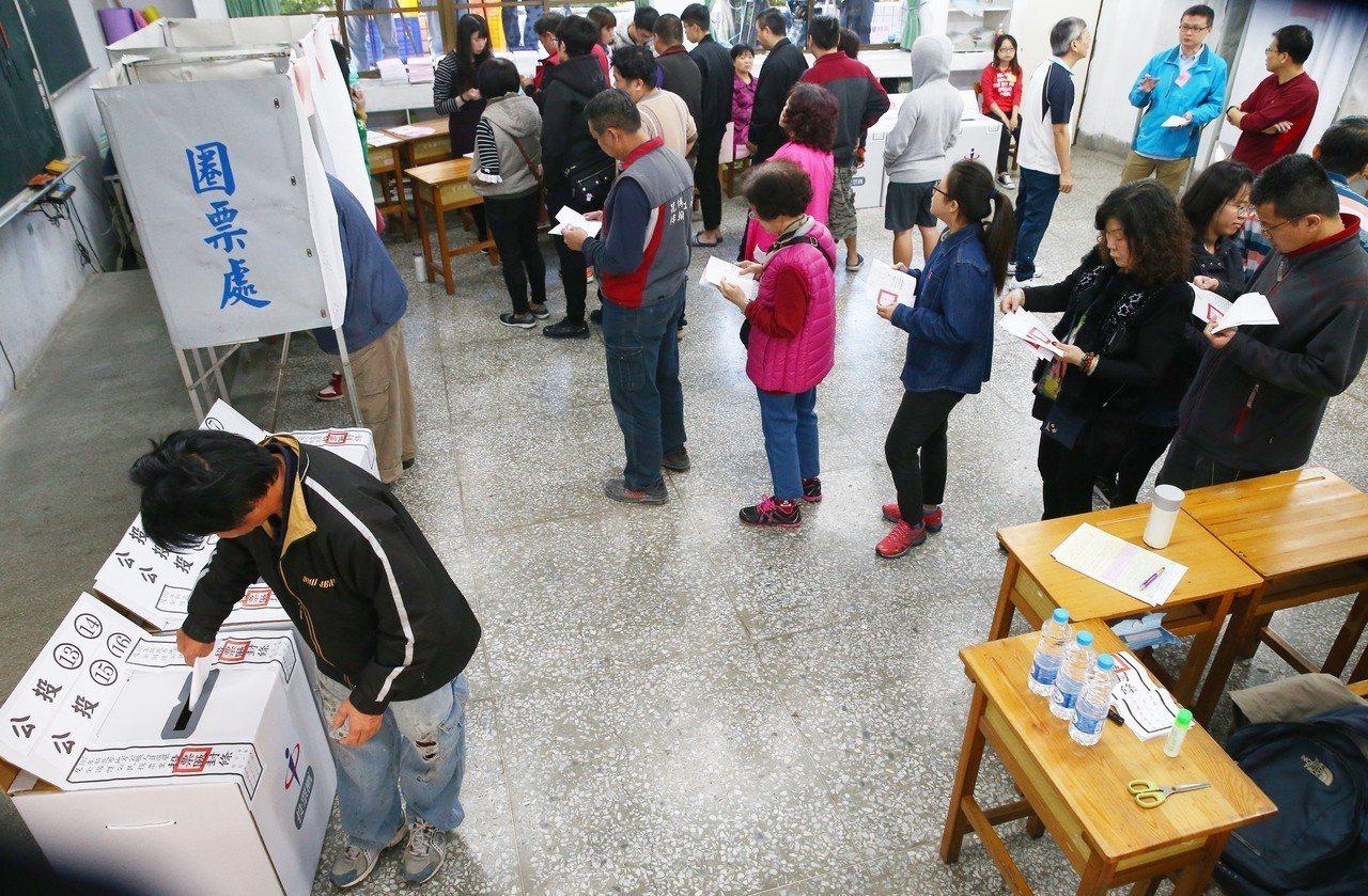 九合一大選登場,一早投票所湧現投票人潮。記者王騰毅/攝影
