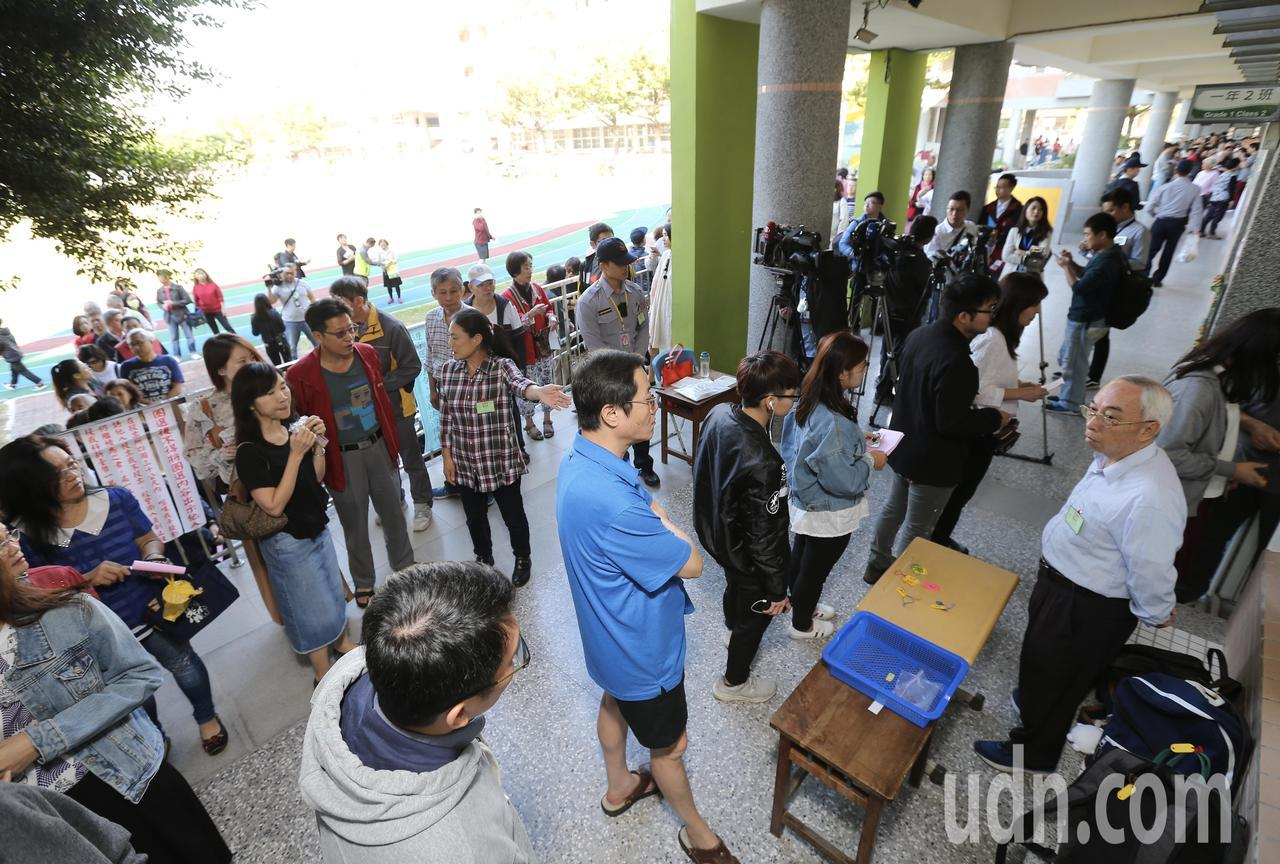 民眾大排長龍等候投票。記者許正宏/攝影