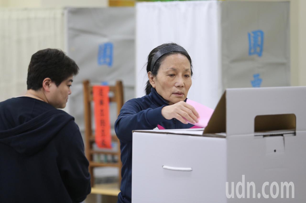 九合一加公投大選,民眾踴躍投票。記者許正宏/攝影