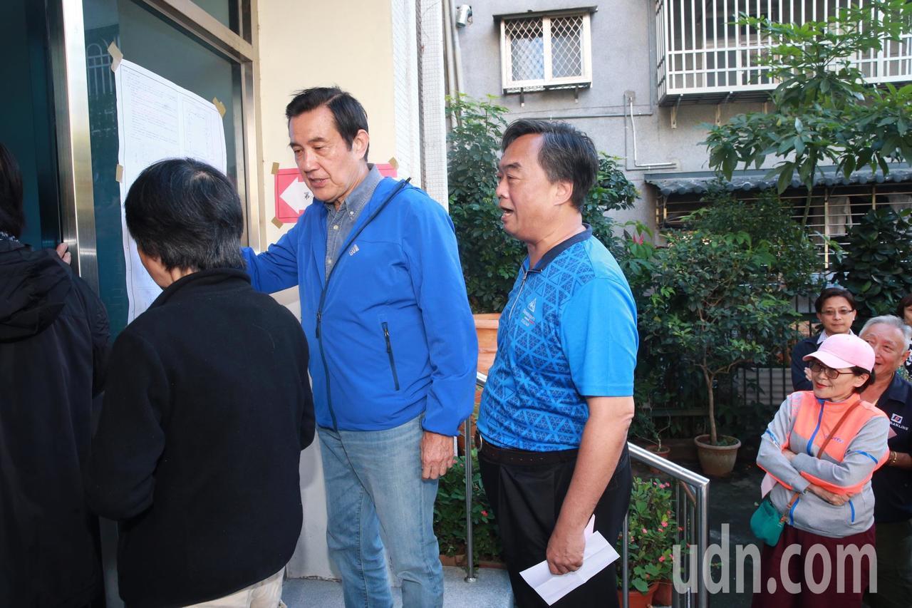 前總統馬英九,排隊時與鄰居閑話家常,鄰居問到公投的編號為何從第七案開始?記者黃義...