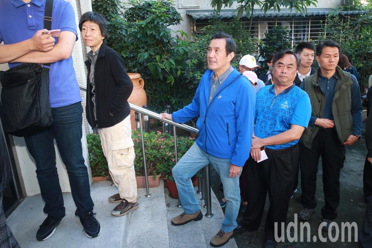 前總統馬英九,一早步行居家附近的中華衛理公會平安堂投開票所排隊投票。記者黃義書/...