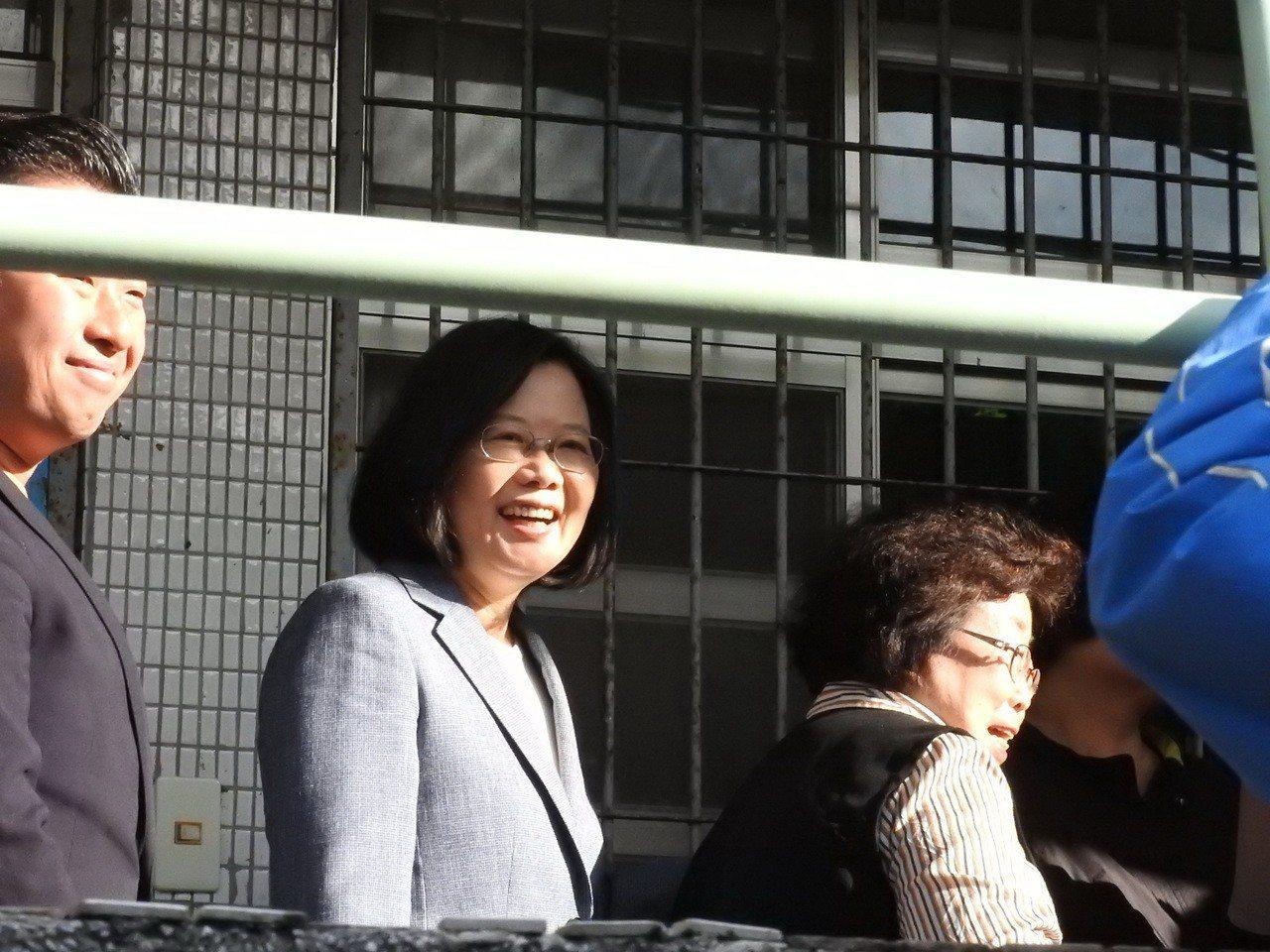 總統蔡英文今天上午8點半現身新北市永和秀朗國小,跟民眾一起排隊等候投票,神情輕鬆...