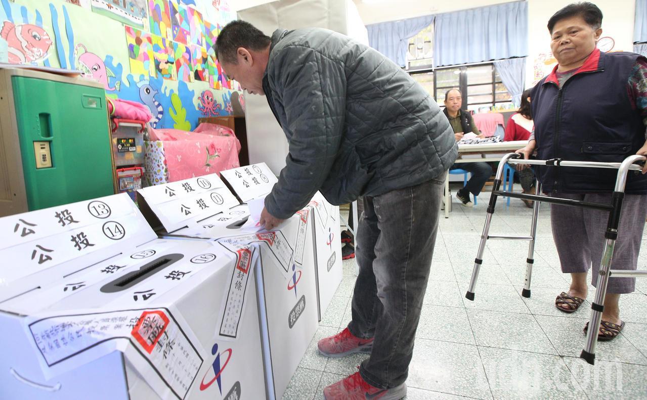 九合一選舉與10案公投上午開始投票,由於公投案有十案,讓排隊領公投票的民眾隊伍大...