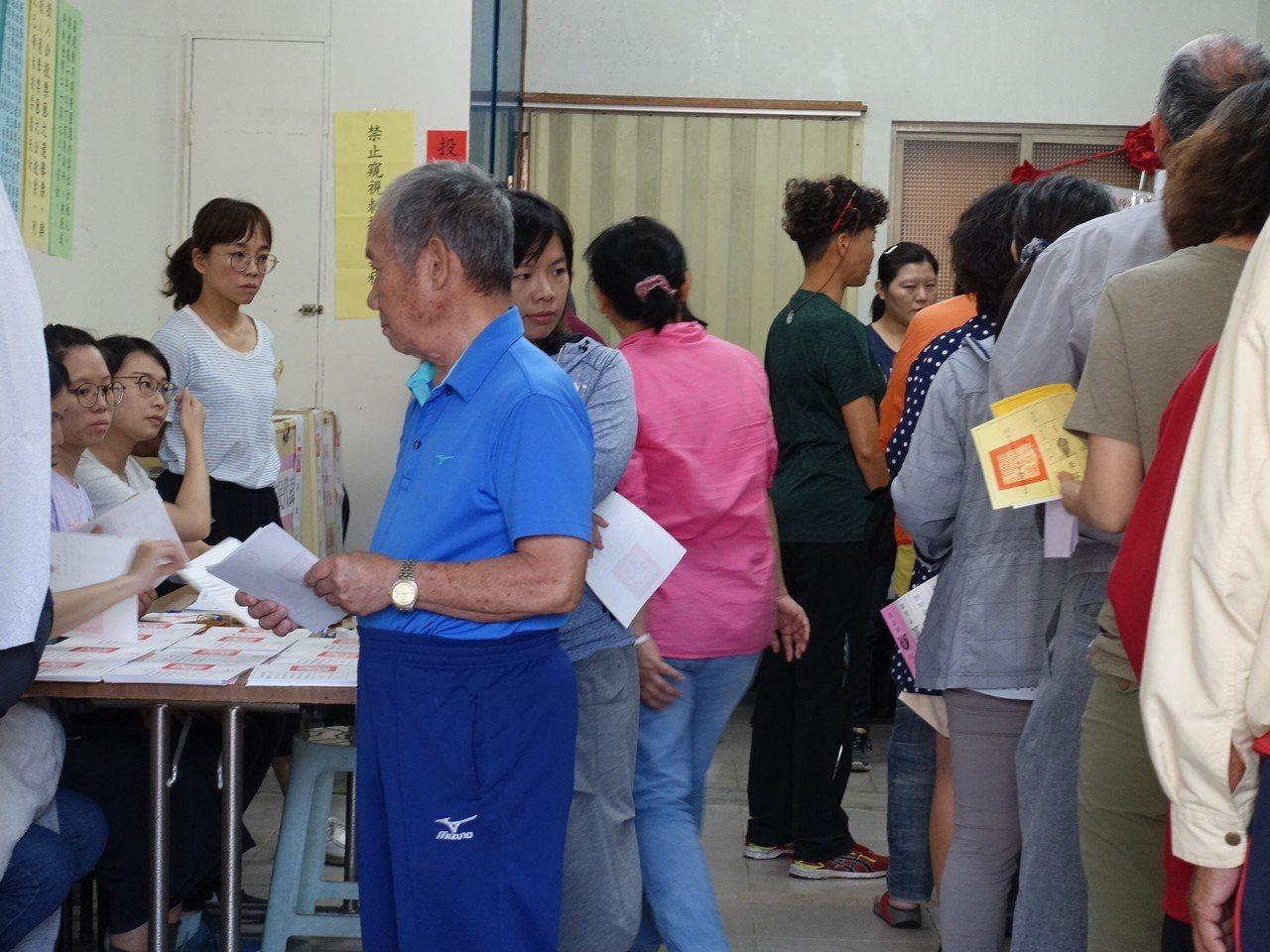 有的投票所場地太小,投票所內屢出現「塞車」。記者翁禎霞/攝影