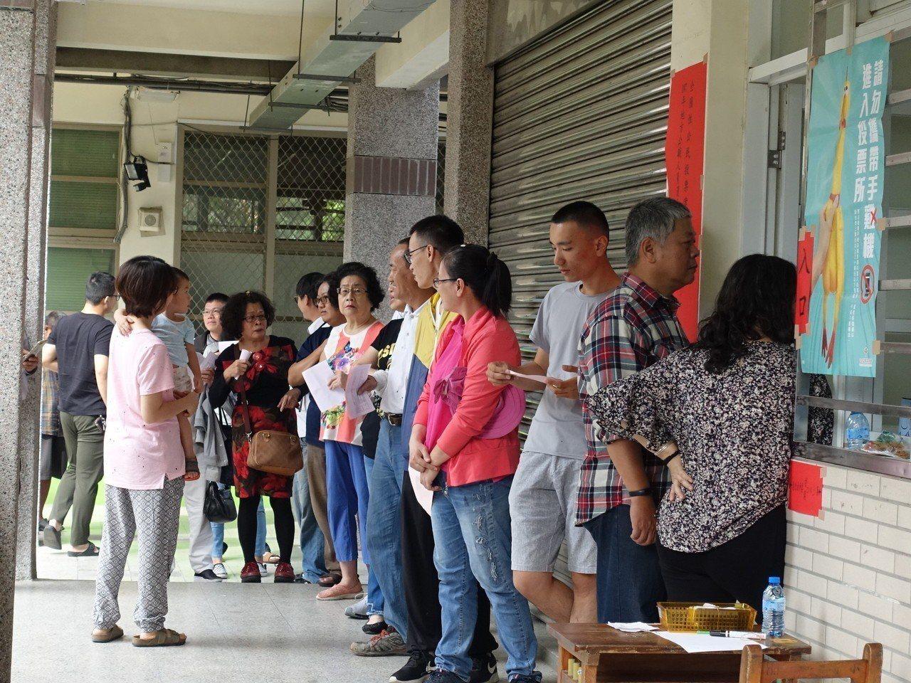 屏東市區部分投開票所一早就出現大排長龍的景象。記者翁禎霞/攝影
