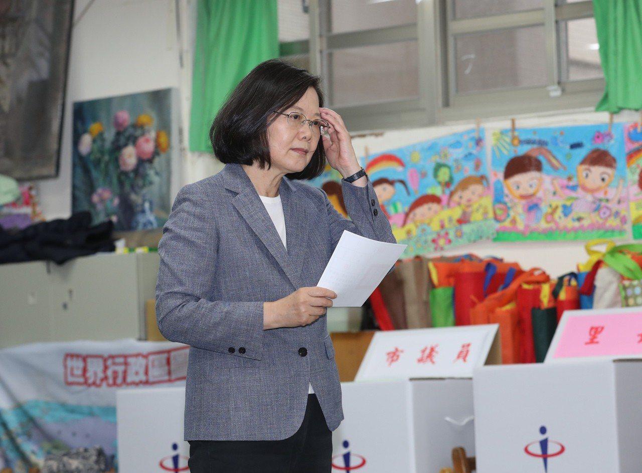 總統蔡英文今天上午8點半現身新北市永和秀朗國小投票。圖/台北市攝影記者聯誼會提供