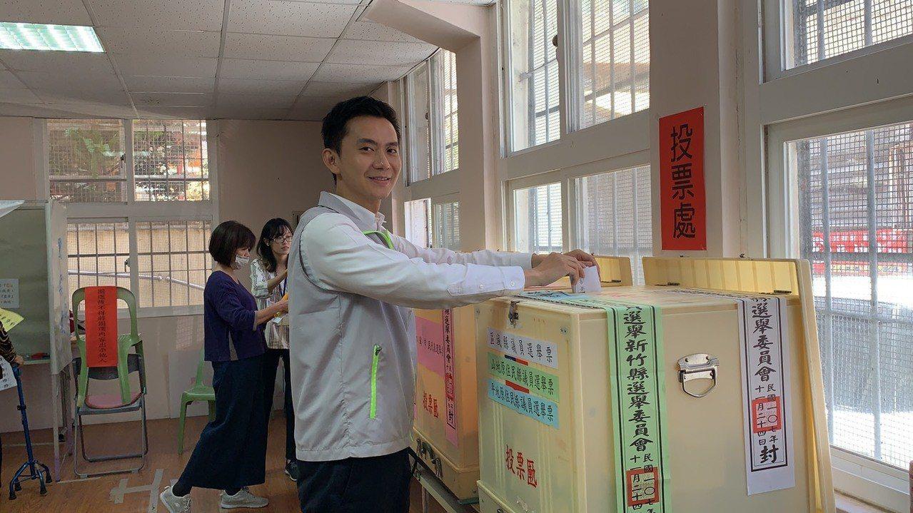 蓋完章後,鄭朝方將選票投進箱子裡。記者陳斯穎/攝影