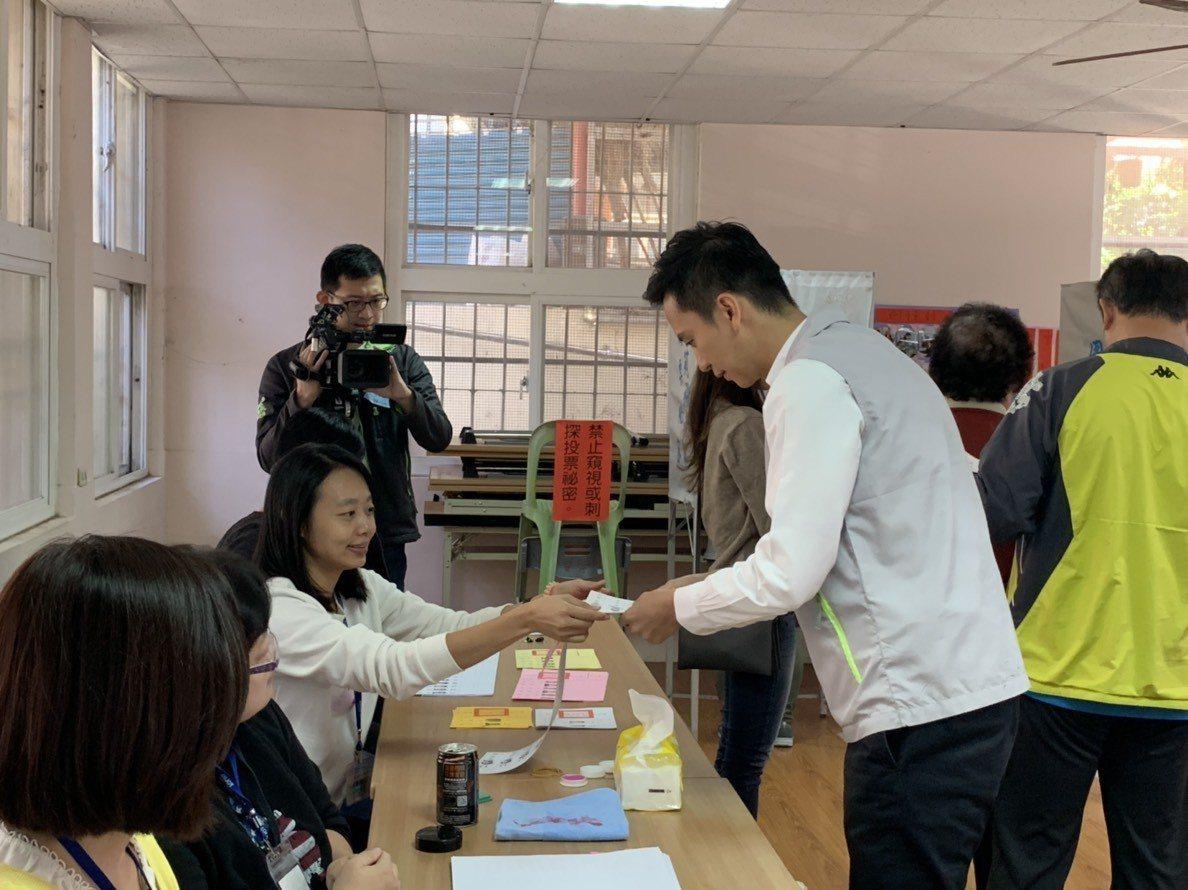 鄭朝方依照投票流程,先跟選務人員領票。記者陳斯穎/攝影