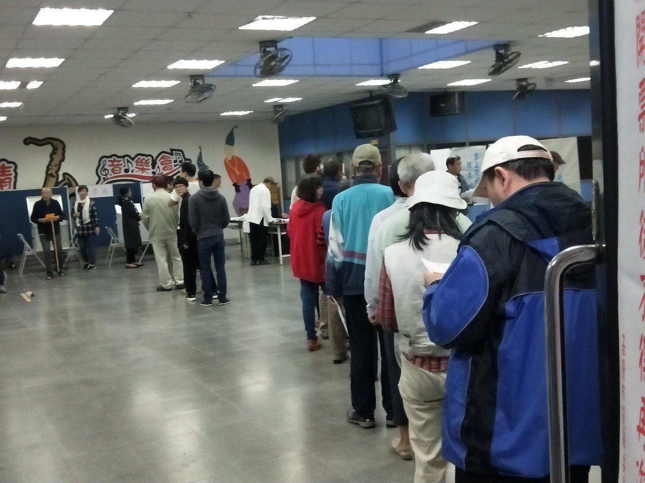 基隆市各地投開票所今天上午因為投公投票的隊伍,投票動作很慢,出現堵塞情況。記者游...