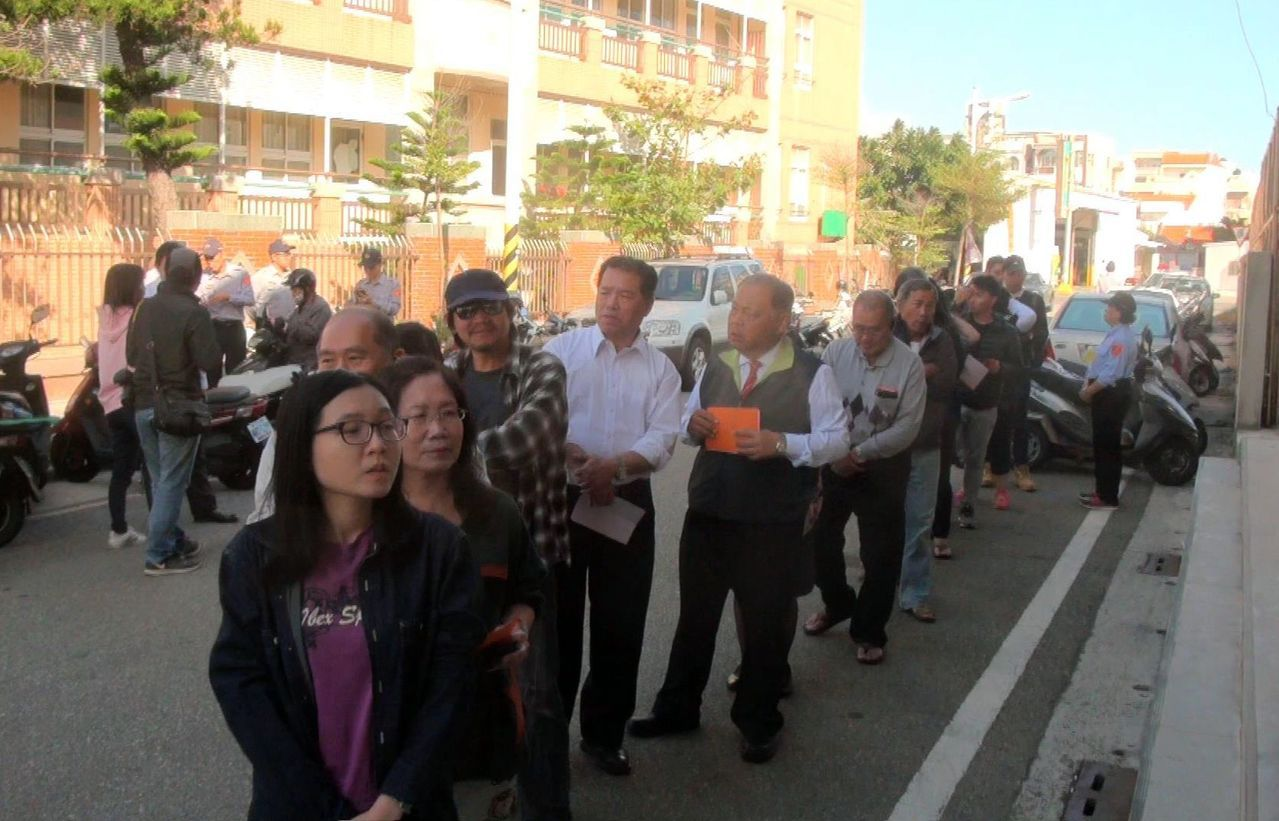 澎湖今天風和日麗,一早投開票所就出現投票人潮。記者王昭月/攝影