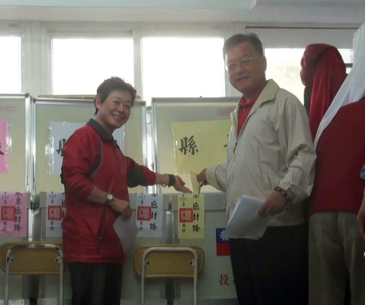 國民黨澎湖縣長候選人賴峰偉(右二)與妻子完成投票,他表示以平常心面對這次選局。記...