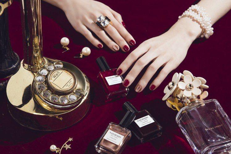 暗紅、櫻桃紅等指甲油可搭配帶有細緻亮粉的玫瑰金色做單指跳色,耶誕、跨年甚至到農曆...