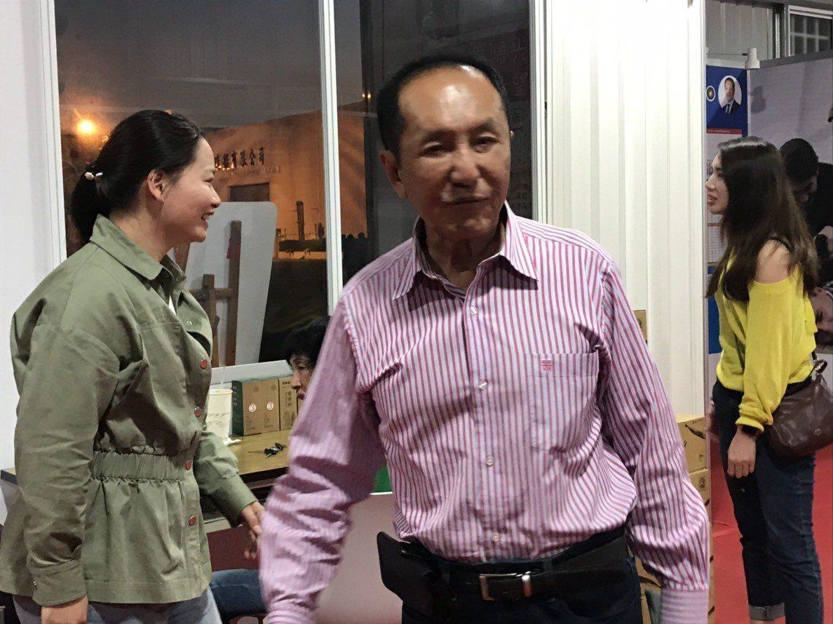 無黨籍台南市長候選人林義豐位在安平區的政見概念館,4點過後就有不少人聚集看開票,...