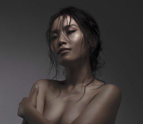 呂薔新專輯「Dear Myself」封面照突破尺度,不但大膽背部全裸,一張正面裸肌「捧美胸」的照片讓人覺得「小女孩長大了」,她拍攝前一天更禁食24小時,還臨時抱佛腳加強腹肌訓練,讓她在拍攝時差點餓到...