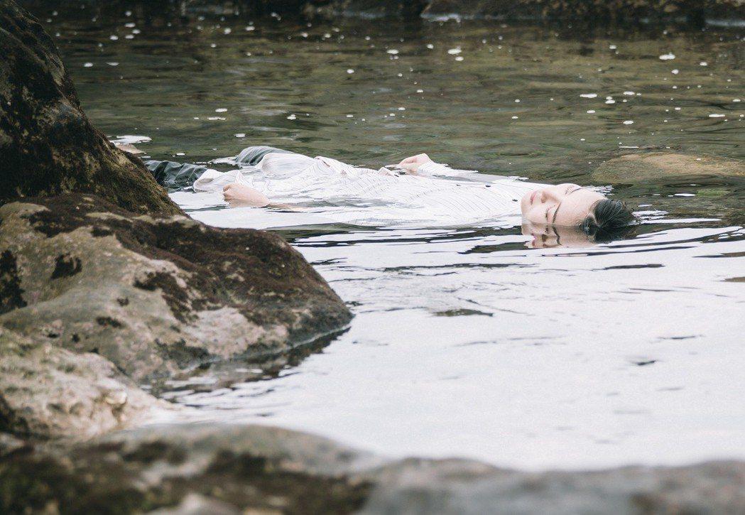 鍾瑶在「艾蜜麗的五件事」戲中扮浮屍畫面詭異。圖/東森提供