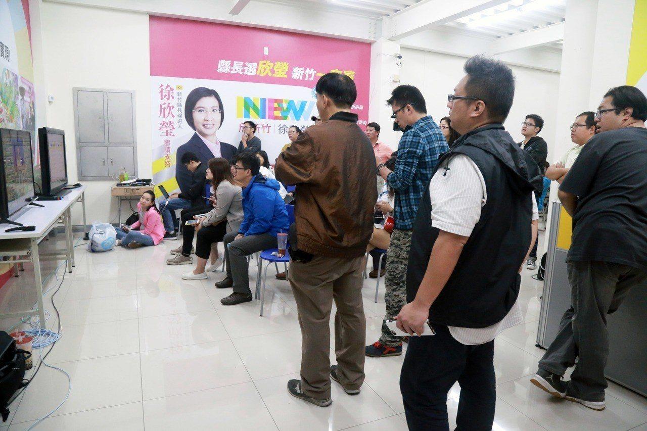 開票結果至今,徐欣瑩暫居第二名,競總氣氛緊張。記者郭宣彣/攝影