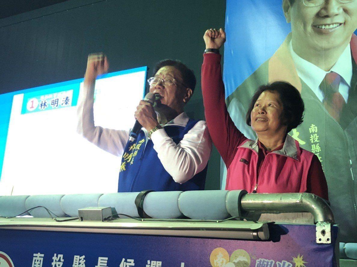 南投縣長林明溱和妻子陳麗珠登上競選戰車,自行宣布當選。記者江良誠/攝影