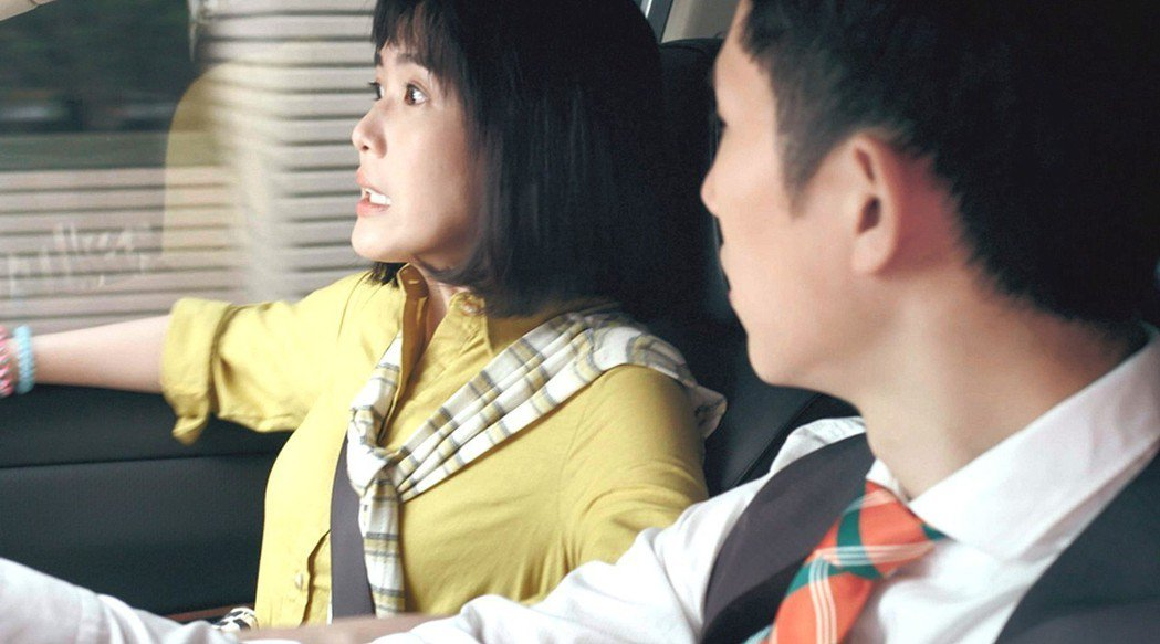 孫可芳(左)在「8號公園」一場車禍戲,被楊孟霖駕駛技術嚇得花容失色。圖/公視提供